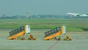 Gangway samolot przy Dębnym syna Nhat lotniskiem Obrazy Royalty Free