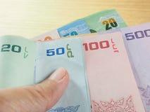 Ganhe e salvar o dinheiro, pilha das cédulas à disposição Fotografia de Stock