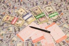 Ganhe a loteria Bilhete e lápis de loteria no fundo do dólar fotografia de stock royalty free