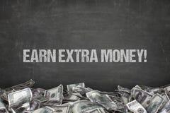Ganhe o texto extra do dinheiro no fundo preto Fotos de Stock