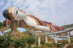 Ganhe Sein Taw Ya, a imagem de reclinação a maior da Buda no mundo, em Kyauktalon Taung, perto de Mawlamyine, Myanmar fotografia de stock royalty free