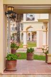 Gankowa nieociosana willa w toskanka stylu z kwiatami Obrazy Stock