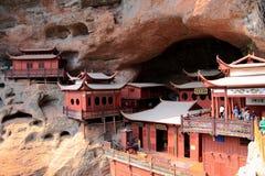 Ganlu tempel, en tempel som byggs på den dangous klippan, i Fujian, Kina Royaltyfria Foton