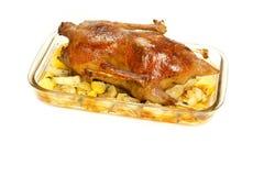 Gans die met aardappels en uien wordt gebakken Stock Fotografie