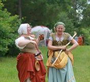 Ganska kvinnor för renässans, i att skratta för dräkt Royaltyfri Bild