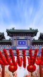 Ganska och r?da lyktor f?r kinesisk tempel royaltyfri fotografi