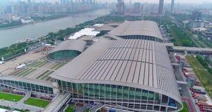 Ganska sikt för för Kina import och export uppifrån, det allmänna planet Flyg över det Pazhou utställningkomplexet stock video