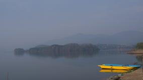 Ganska sjö med det gula fartyget royaltyfri fotografi