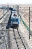 GANSU, ΚΊΝΑ - 13 Απριλίου 2015: Ηλεκτρικό locomo σιδηροδρόμων HXD1C της Κίνας Στοκ φωτογραφίες με δικαίωμα ελεύθερης χρήσης