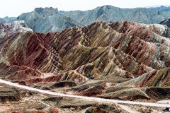 GANSU, CHINE - 10 avril 2015 : Région scénique de collines colorées de Zhang Image stock