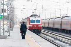 GANSU CHINY, Apr, - 09 2015: Porcelanowy kolei SS7E elektryczny locomot Zdjęcia Stock