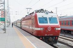 GANSU CHINY, Apr, - 09 2015: Porcelanowy kolei SS7E elektryczny locomot Obraz Stock