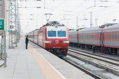 GANSU CHINY, Apr, - 09 2015: Porcelanowy kolei SS7E elektryczny locomot Zdjęcie Royalty Free