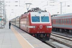 GANSU CHINY, Apr, - 09 2015: Porcelanowy kolei SS7E elektryczny locomot Zdjęcie Stock