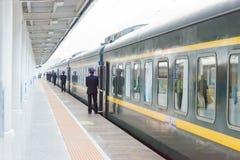 GANSU, CINA - 8 aprile 2015: Stazione ferroviaria di Lanzhou in Lanzhou, immagine stock libera da diritti