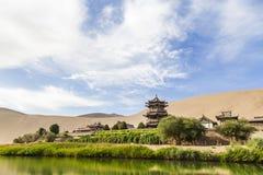 Gansu Dunhuang Crescent Lake en Mingsha-Berg , China stock afbeeldingen