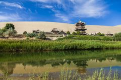 Gansu Dunhuang P??ksi??yc jezioro i Mingsha g?ra , Chiny zdjęcia stock