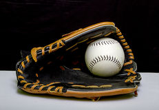 Gant de base-ball avec le base-ball blanc Images stock