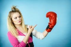 Gant de boxe de port de femme confuse drôle Photo libre de droits