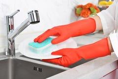 Gant en caoutchouc de nettoyage de vaisselle en caoutchouc de cuisine de ménage photo libre de droits
