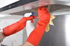 Gant en caoutchouc de nettoyage de vaisselle en caoutchouc de cuisine de ménage image libre de droits