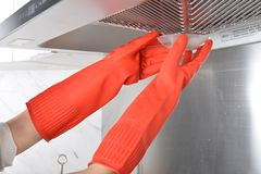 Gant en caoutchouc de nettoyage de vaisselle en caoutchouc de cuisine de ménage images libres de droits