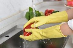Gant en caoutchouc de nettoyage de vaisselle en caoutchouc de cuisine de ménage images stock