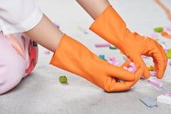 Gant en caoutchouc de nettoyage de vaisselle en caoutchouc de cuisine de ménage image stock