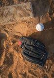 Gant et boule de base-ball sur la vue supérieure de monticule du ` s de broc Photos libres de droits