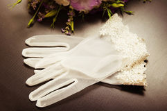 Gants blancs pour la jeune mariée Photographie stock