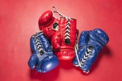 Gants bleus et rouges Photographie stock