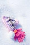 Gants, capuchon et boule de neige Photo stock