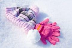 Gants, capuchon et boule de neige Photo libre de droits