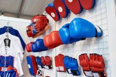 Gants, casques et chaussures de boxe pour des arts martiaux dans la boutique Image stock