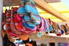 Gants colorés de cuisine accrochant au marché au Pérou photos libres de droits