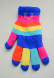Gants colorés de Knit d'hiver avec la neige Photo libre de droits