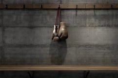 Gants de boxe accrochant dans la chambre de changement Photographie stock libre de droits