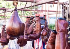 Gants de boxe au marché de Portobello photo stock