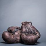 gants de boxe bruns de vintage images stock