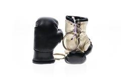 Gants de boxe de chaîne principale D'isolement sur le blanc Photo libre de droits