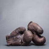 Gants de boxe de cru photographie stock