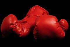 Gants de boxe de cru apparaissant du fond noir Photos libres de droits