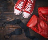 Gants de boxe et espadrilles en cuir rouges de textile Photographie stock