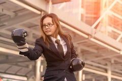 Gants de boxe de femme d'affaires - concept de concurrence d'affaires avec Images stock