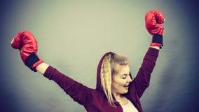 Gants de boxe de port de gagnant de femme photo stock