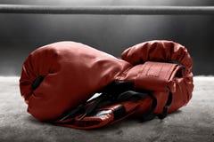 Gants de boxe rouges sur l'anneau photographie stock
