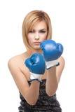 Gants de boxe s'usants de jeune femme photos stock