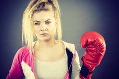 Gants de boxe s'usants de femme photos libres de droits