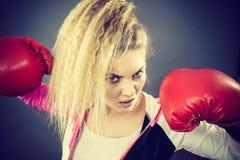 Gants de boxe s'usants de femme fâché photo stock