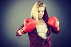 Gants de boxe s'usants de femme fâché photos stock